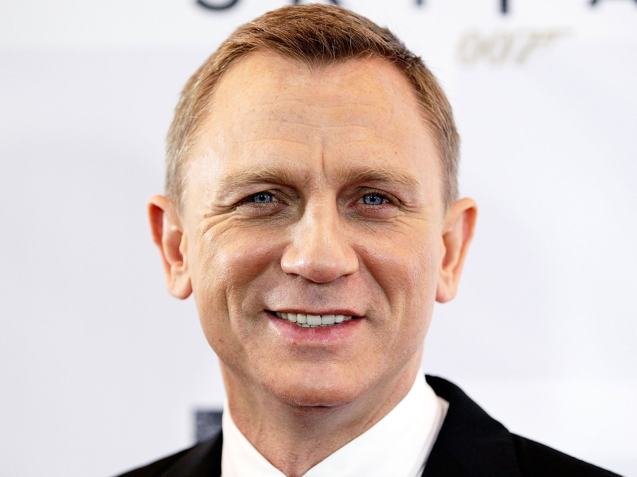 Daniel Craig forced to undergo surgery after being injured on James Bond set | The Independent