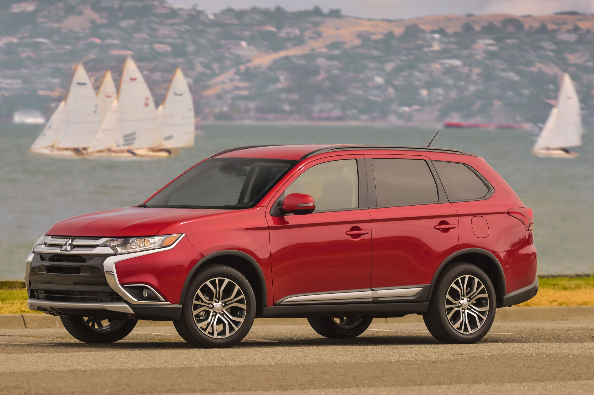 2016 Mitsubishi Outlander Front Three Quarter 08