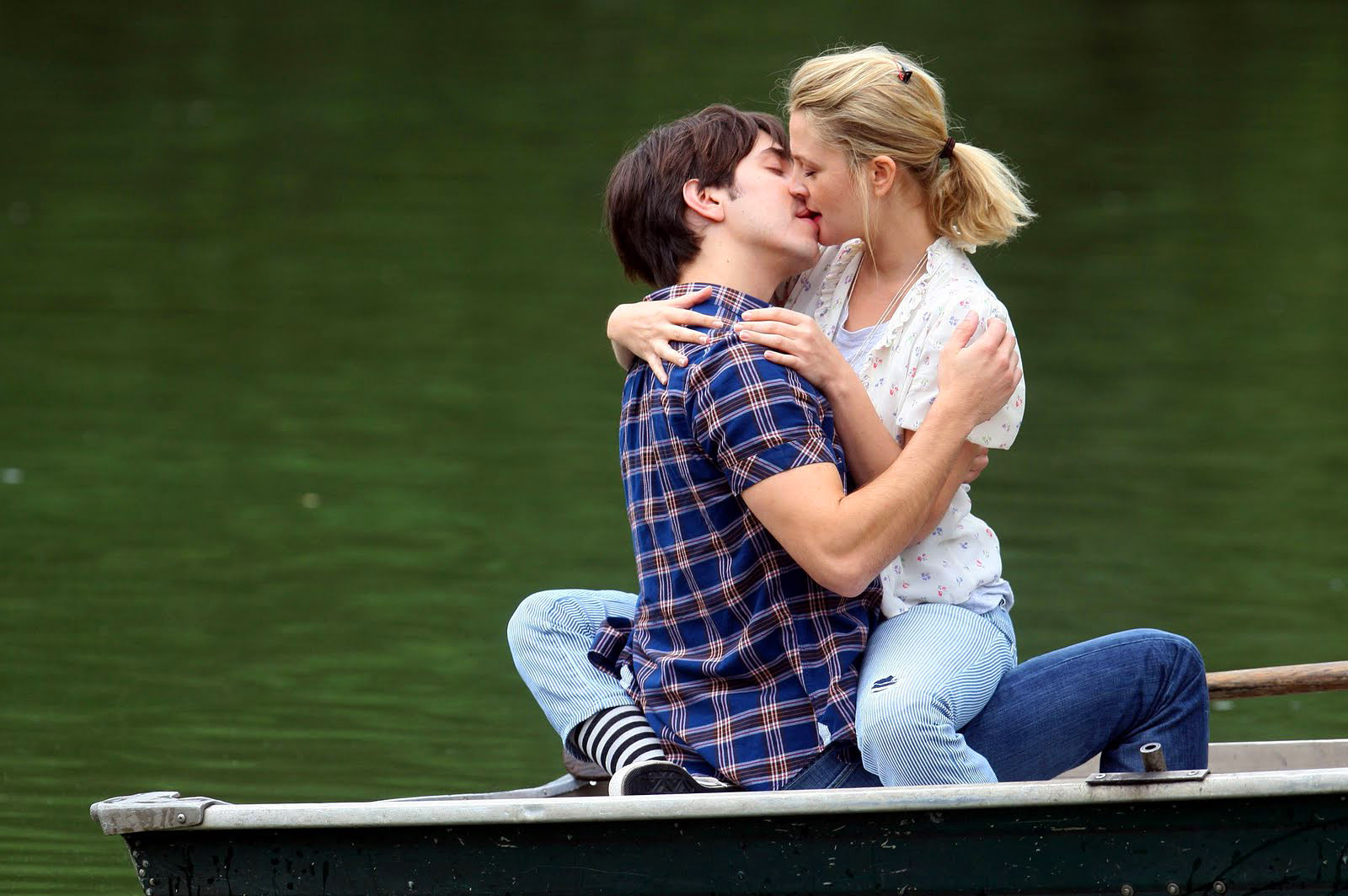 Download HD Kissing Wallpapers
