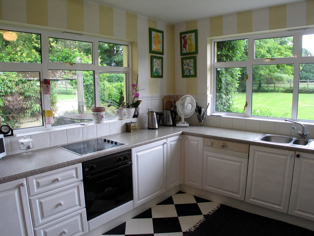 Download striped wallpaper for kitchen gallery for Striped kitchen wallpaper